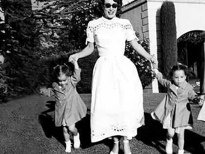 La actriz Joan Crawford, con las dos niñas que adoptó por intermedio de Georgia Tann
