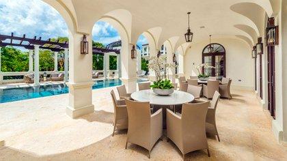 La mansión dispone de una piscina climatizada y spa (The Grosby Group)