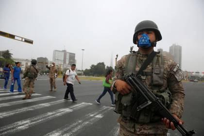 Un soldado vigila en las calles después de que el Gobierno de Perú decretó estado de emergencia de 15 días para combatir la propagación del coronaviru, en Lima, Marzo 16, 2020. REUTERS/Sebastián Castañeda. NO REVENTA. NO ARCHIVOS