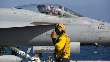 Un F/A-18 Super Hornet se prepara para el despegue (AP Photo/Jon Gambrell)