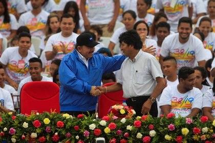 Daniel Ortega y el ex presidente boliviano Evo Morales en un acto en Managua en julio de 2017 (REUTERS/Oswaldo Rivas/File Photo)