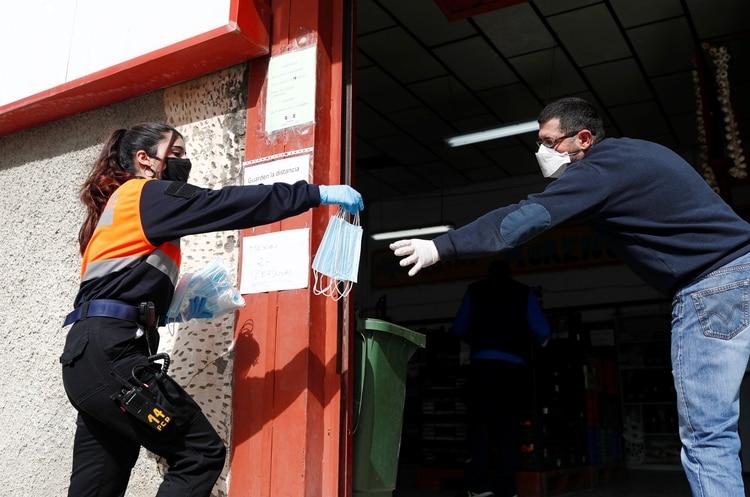 Una integrante de Protección Civil, en Ronda, en el sur de España (Reuters)
