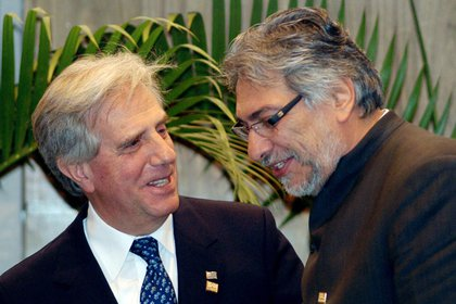 En la imagen, los expresidentes de Paraguay Fernando Lugo (d) y de Uruguay Tabaré Vázquez (i). EFE/Diego Benítez/Archivo
