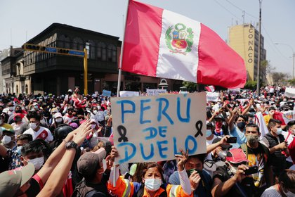 """Una manifestante sostiene un cartel que dice """"Perú de duelo"""" (REUTERS/Sebastian Castaneda)"""