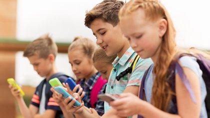 Los estudiantes de secundaria de hoy en día están enviando mensajes de texto y mirando las redes sociales en lugar de leer libros y revistas. (Getty Images)