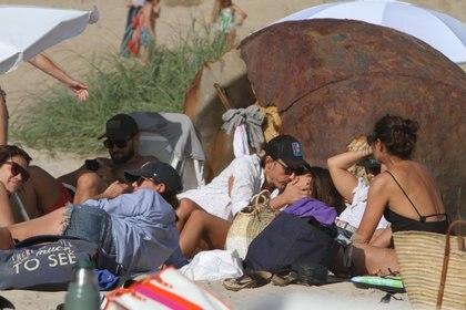 Pampita y Moritán, con amigos en la playa