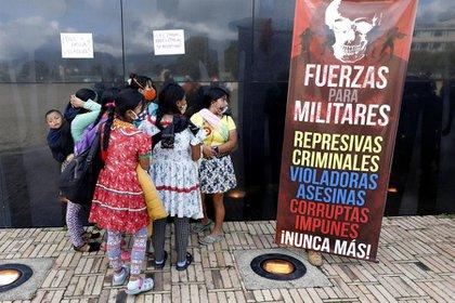 Un grupo de indígenas embera-chamí realizó un plantón para rechazar la violación de una niña de 12 años perteneciente a su comunidad por parte de siete militares (EFE/ Mauricio Dueñas Castañeda)
