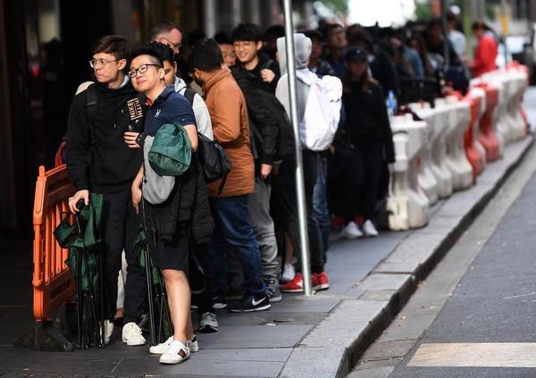 Fanáticos esperando que se abra una tienda para tener su iPhone X en Sidney, Australia (EFE/DAVID MOIR)