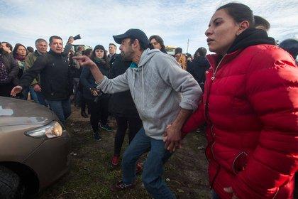Manifestantes agrediendo el vehículo oficial de Mauricio Macri (Mar del Plata 2016. Foto archivo: Télam)