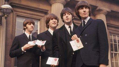 Los Beatles, orgullosos con sus medallas MBE (Foto: thebeatles.com)