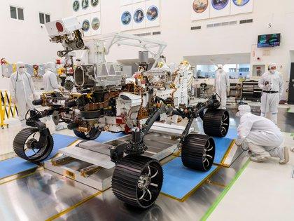 Ingenieros de la NASA en el Laboratorio de Propulsión a Chorro (JPL), trabajan en el ensamble de las piezas en diciembre último - NASA/JPL-Caltech/Handout via REUTERS.