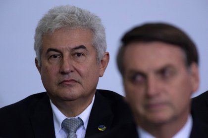 Fotografía de archivo del Ministro de Ciencia y Tecnología de Brasil, Marcos Pontes, detrás del presidente de Brasil, Jair Bolsonaro (EFE)