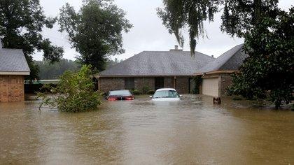 En el este de Houston, el agua superó el nivel de la cintura (Reuters)