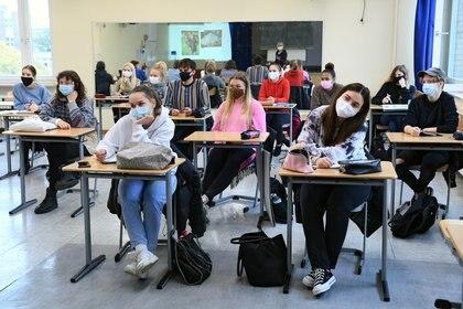 Estudiantes de la escuela secundaria Martin-Buber-Oberschule, en Berlín, con máscaras faciales.  REUTERS/Annegret Hilse