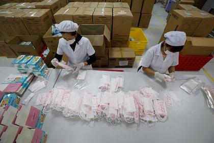 Una fábrica de barbijos en Vietnam (REUTERS/Kham)