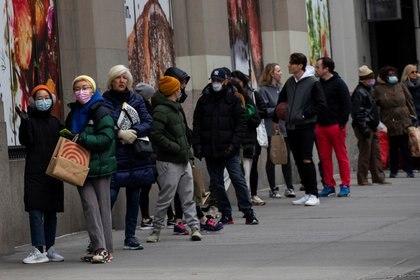 Filas en un supermercado en Nueva York (Reuters)