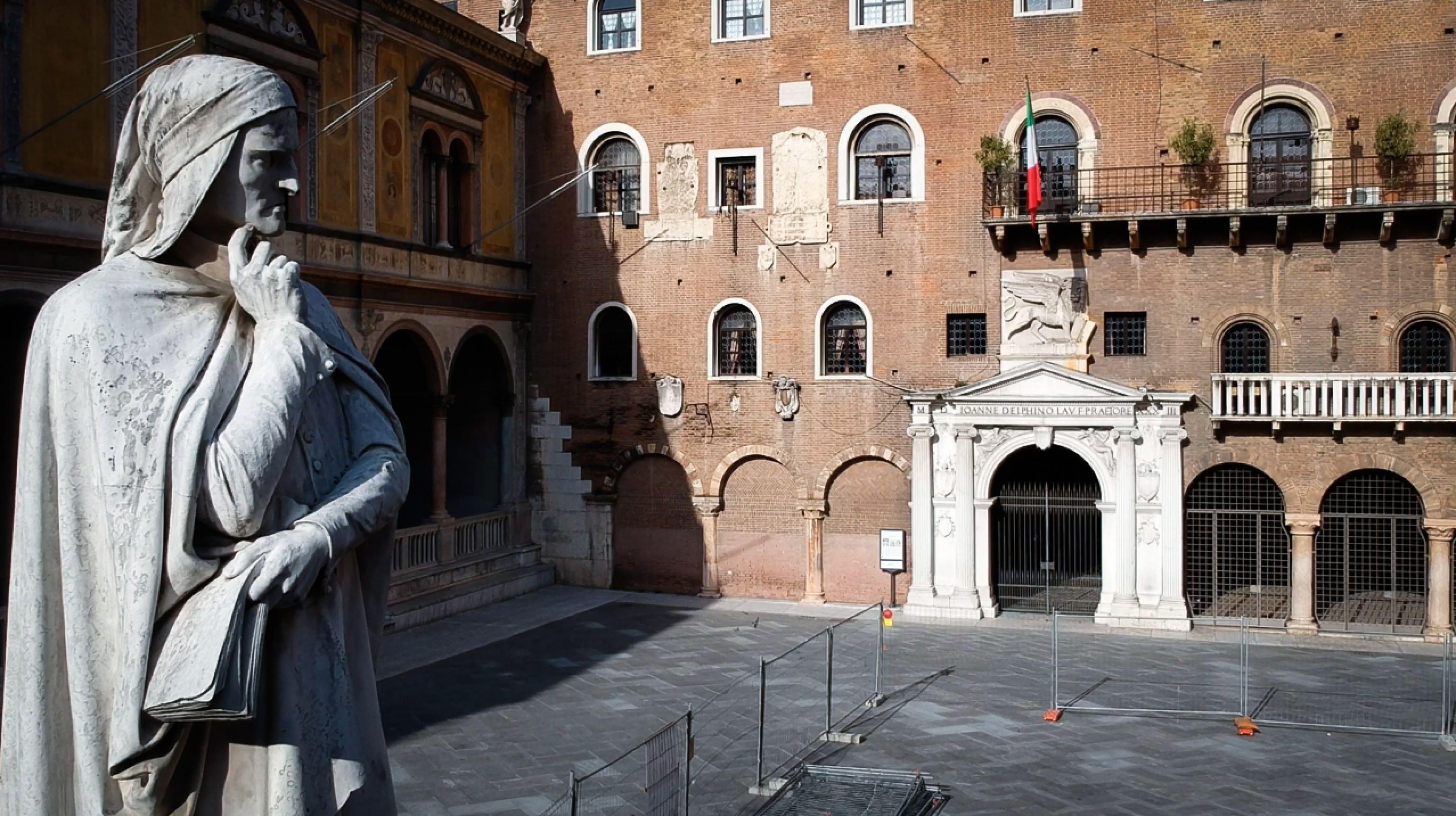 Estatuta del poteta Dante en la Verona, Italia, en una fotografía de archivo. EFE/EPA/FILIPPO VENEZIA