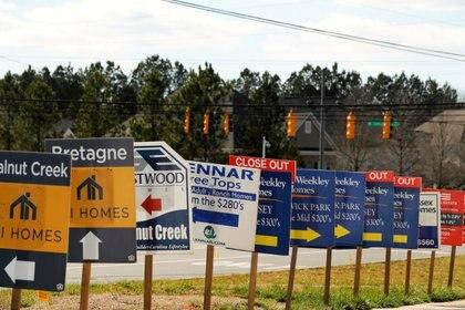Carteles promocionan casas en venta en Carolina del Sur. REUTERS/Lucas Jackson