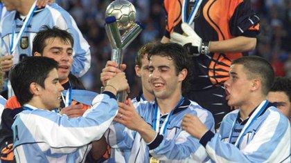 Javier Saviola, German Lux, Julio Arca y Andres D'Alessandro levantan el trofeo del Mundial Sub 20 en el José Amalfitani. Foto: REUTERS