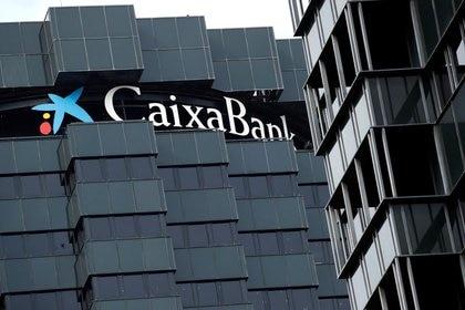 FOTO DE ARCHIVO: El logotipo de CaixaBank en la parte superior de la sede de la empresa en Barcelona, España, el 17 de septiembre de 2020. REUTERS/Albert Gea