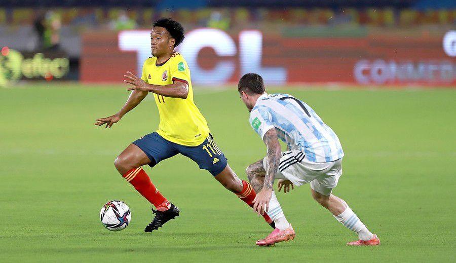 Juan Guillermo Cuadrado domina el balón durante el partido entre Colombia y Argentina por las eliminatorias a Qatar 2022. Barranquilla. Foto: Colprensa - FCF.