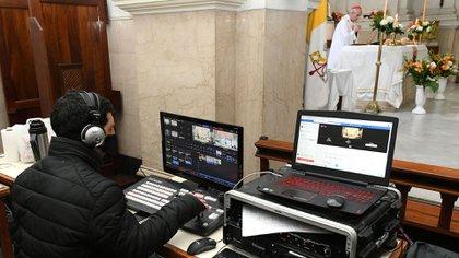 El Azobispo Mario Poli oficia una misa virtual en la iglesia de San Cayetano (NA)