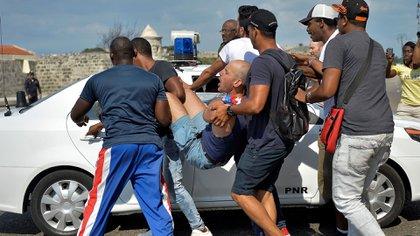 El régimen cubano arresta a manifestantes en una manifestación gay en mayo de este año (Photo by YAMIL LAGE / AFP)