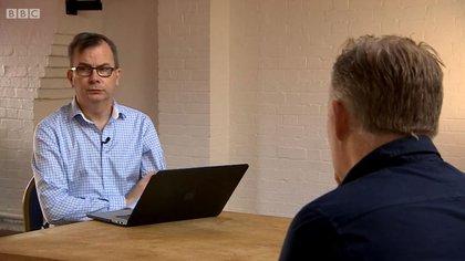 Gen Flynn, de la ONG Papyrus, explica los riesgos que implican las redes sociales y la falta de control en ellas (BBC caption)