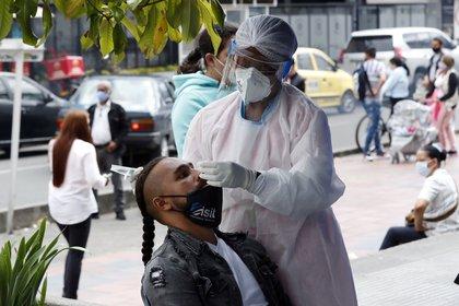 Personal médico toma muestras de la Covid-19, el 21 de enero de 2021, en Bogotá (Colombia). EFE/Mauricio Duenas Castañeda