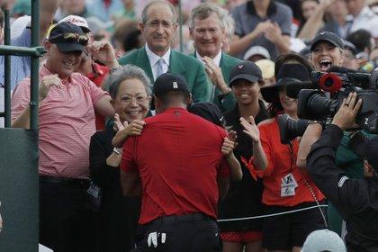El abrazo de Woods con su madre Kultida y su hijo Charlie en Augusta (Reuters/ Mike Segar)