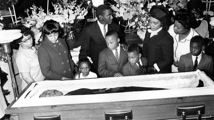 El cuerpo de King fue fotografiado el 8 de abril de 1968, después de su asesinato en Memphis. Su esposa, Coretta, encabezó una marcha silenciosa de 50.000 personas por las calles de Memphis antes deproclamar un discurso televisado en su funeral (AP)