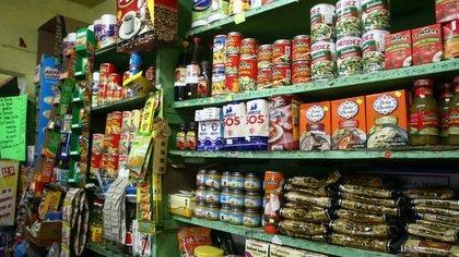 MƒXICO D.F., 01SEPTIEMBRE2009.- A un dia que Diconsa anunciara los aumentos de precios en algunos productos de la canasta b‡sica, se dispararon los precios en tiendas y abarroterias. Los precios oscilan entre los 19 pesos por kg. de huevo, el azucar a 17.50 pesos por kg., el arroz 18.50 pesos por kg. el frijol 25 pesos por kg.FOTO: SAòL LîPEZ/ CUARTOSCURO.COM