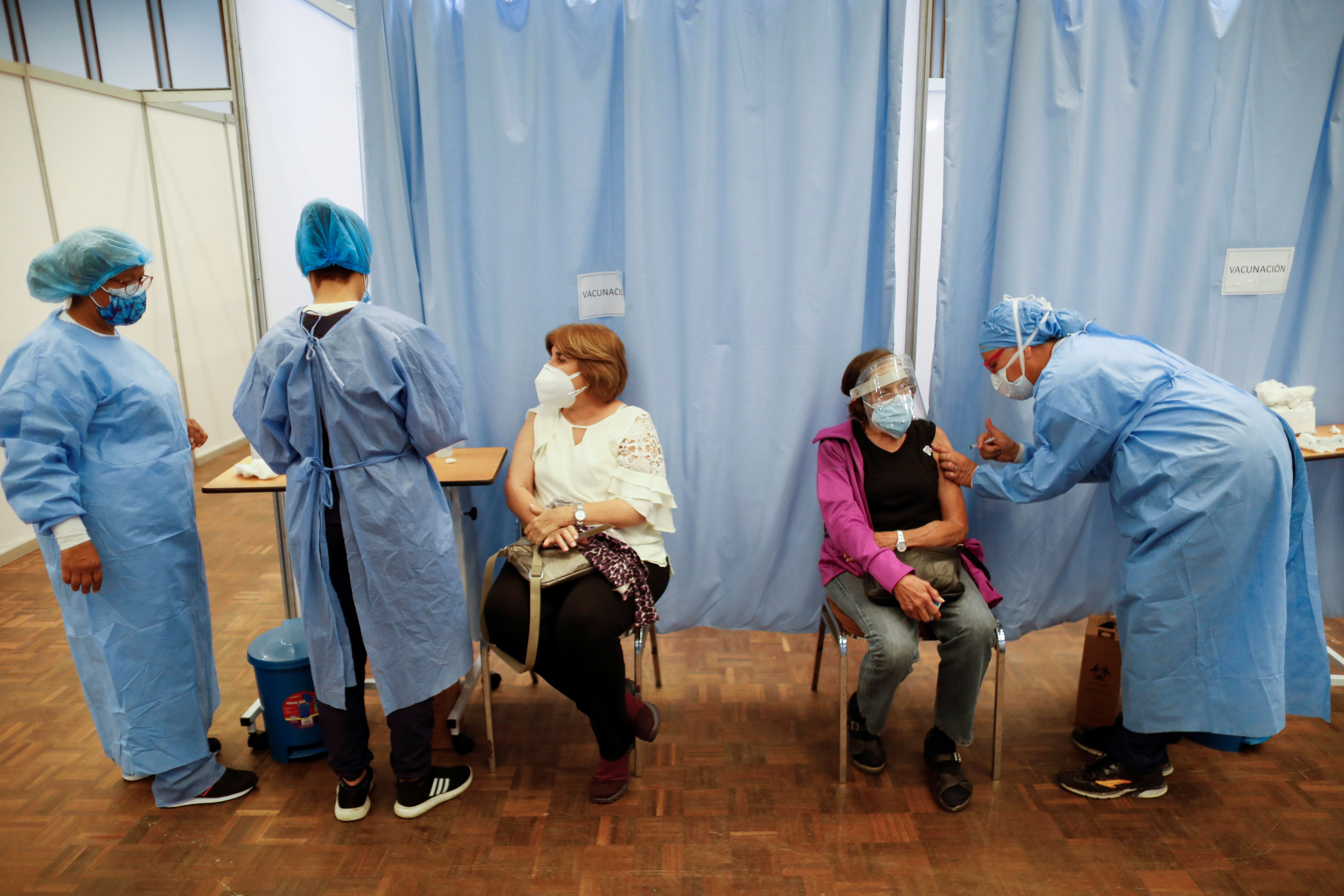 La vacunación alcanza más de 200 territorios y países de todo el planeta, entre ellos, España. Sin embargo, existe una gran diferencia entre continentes (REUTERS)