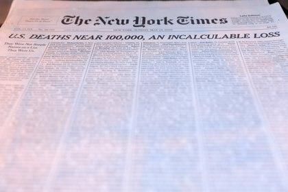 """La portada de The New York Times del pasado domingo, cuyo titular rezaba """"Estados Unidos se acerca a las 100.000 muertes, una pérdida incalculable"""". REUTERS/Andrew Kelly"""