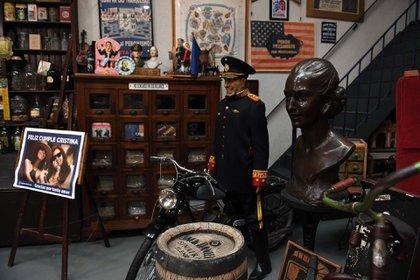 El traje militar de Juan Domingo Perón y un busto de Evita cuya nariz rompió el Golpe del '55.