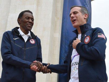 IMAGEN DE ARCHIVO. Rafer Johnson, medallista olímpico en 1960 estrecha su mano con Eric Garceti, alcalde de Los Ángeles, durante una ceremonia en el Los Angeles Memorial Coliseum. Septiembre 17, 2017, Los Ángeles, California, EEUU. Crédito Obligatorio: Jayne Kamin-Oncea-USA TODAY Sports