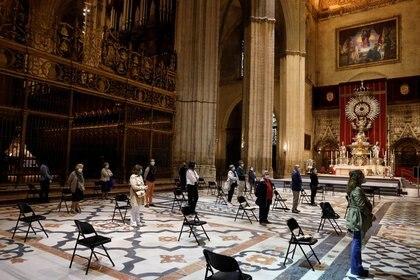 Varias personas atienden a una misa en una iglesia de Sevilla durante el brote de la enfermedad del nuevo coronavirus (COVID-19), Madrid, España, el 11 de mayo de 2020. REUTERS/Jon Nazca