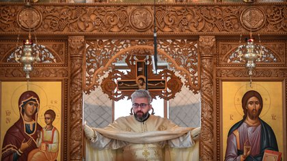 Los sectores más tradicionales de la Iglesia Ortodoxa se niegan a modificar la ceremonia. (Photo by Daniel MIHAILESCU / AFP)