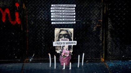 Una imagen de la Casa de la provincia, donde un colectivo de mujeres se manifestó para pedir justicia por el crimen de Úrsula Bahillo (Nicolás Stulberg)