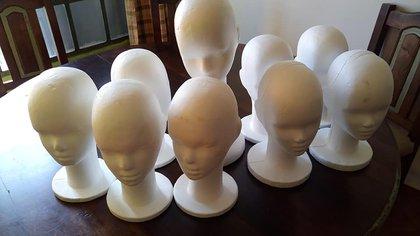 Las bases para realizar una peluca son de telgopor y allí permanecen antes de ser entregadas