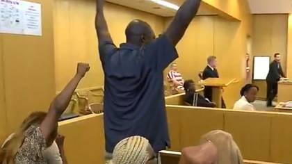 Los familiares del ex convicto no pudieron reprimir su felicidad tras escuchar el fallo del juez (Foto: WBRC)