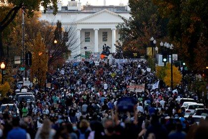 La gente se reunió frente a la Casa Blanca para celebrar la victoria democrática.  REUTERS / Carlos Barria TPX Day Pictures
