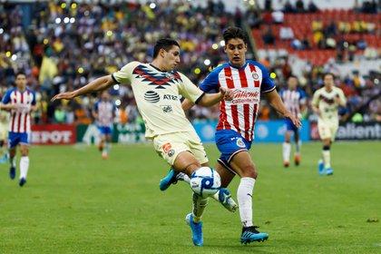 El jugador de América Jorge Sánchez  disputa el balón con José Carlos Van Rankin de Chivas durante un partido de la jornada 12 del Torneo Apertura del fútbol mexicano realizado en el estadio Azteca (México) (Foto: José Méndez/EFE)