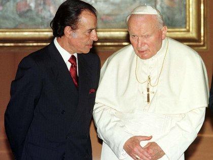 Carlos Menem escucha al Papa Juan Pablo II durante su audiencia privada en el Vaticano. En 1997, el ex mandatario visitó durante tres días la Santa Sede