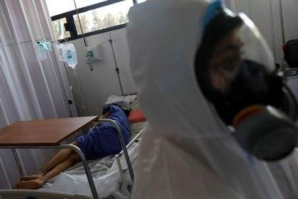 Un paciente es visto en una cama dentro del hospital militar provisional del Campo Militar No. 1, que atiende a pacientes con síntomas de la enfermedad por coronavirus (COVID-19) en Ciudad de México. 9 de junio de 2020. REUTERS/Carlos Jasso