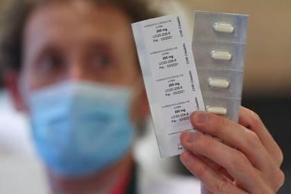 Farmacéutico muestra píldoras de hidroxicloroquina en el Hospital CHR Center Hospitalier Regional de la Citadelle en Liege, Bélgica, 22 abril 2020. REUTERS/Yves Herman/FOTO DE ARCHIVO