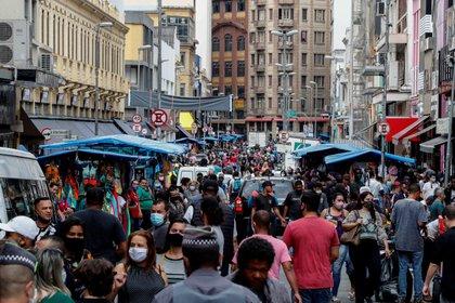 Vista de la calle 25 de Marzo, una vía comercial, el 1 de septiembre de 2020, en el centro de Sao Paulo (Brasil). EFE/Sebastiao Moreira/Archivo