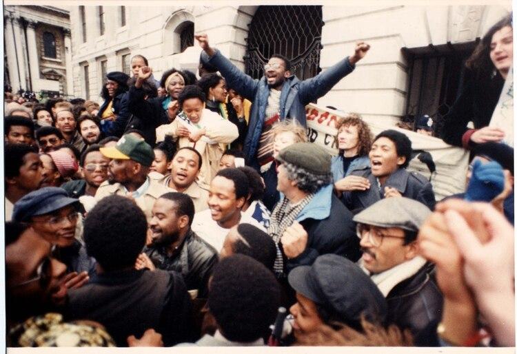 EN el mundo se celebró la libertad del líder sudafricano. Aquí, los festejos en la Trafalgar Square en Londres (Malcolm Clarke/ANL/Shutterstock )