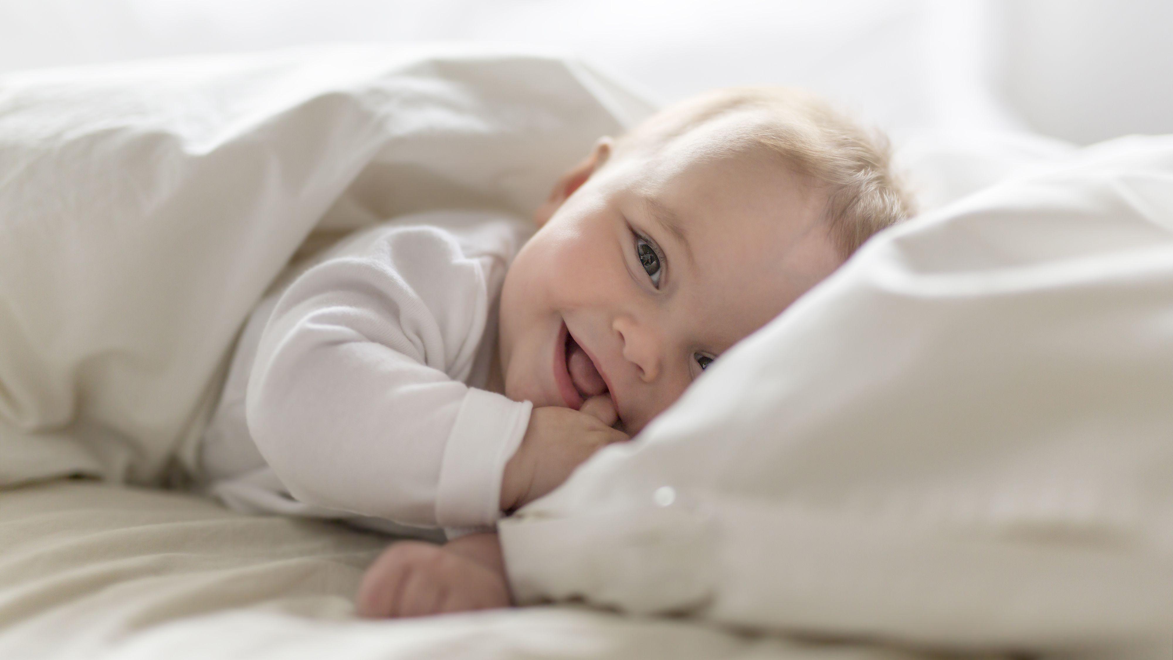 Una de las señales de la enfermedad es la alteración del sueño en los bebes y la sonrisa frecuente (Shutterstock.com)