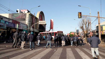 El corte de los choferes sobre la calle Juan Manuel de Rosas, a la altura del bingo Mirador, ubicado en el partido de Lomas de Zamora.